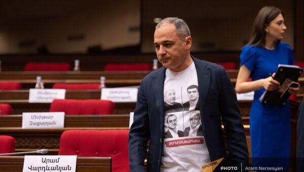 Ваге Акопян перед началом первого заседания парламента Армении 8-го созыва (2 августа 2021). Еревaн - Sputnik Արմենիա