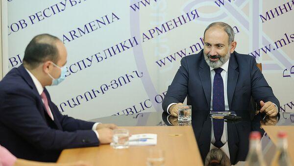 Премьер-министр Никол Пашинян представил аппарату министерства труда и социальных вопросов новоназначенного министра Нарека Мкртчяна (3 августа 2021). Еревaн - Sputnik Արմենիա