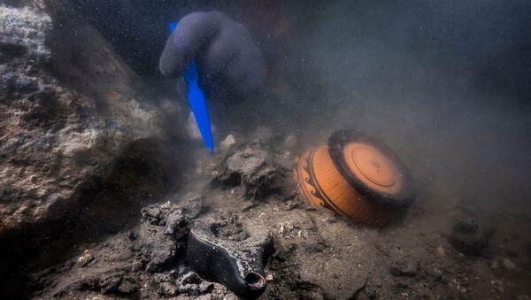 Останки древнего военного судна, обнаруженного в затонувшем средиземноморском городе Тонис-Гераклион у берегов Александрии, Египет - Sputnik Армения
