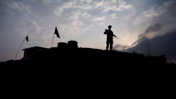 Афганский полицейский дежурит на контрольно-пропускном пункте на окраине Кабула, Афганистан - Sputnik Армения