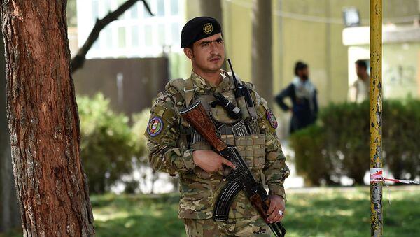 Афганский полицейский стоит на страже во дворе полицейского управления в Кабуле, Афганистан - Sputnik Армения