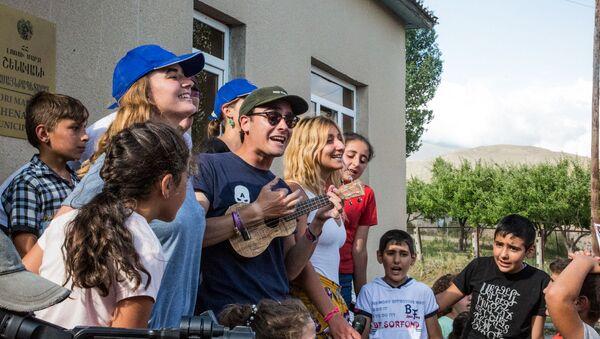Волонтеры из Франции поют песни с детьми из Шенавана - Sputnik Արմենիա