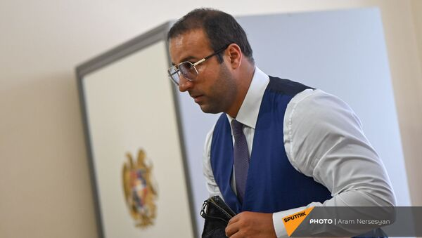 Айк Саркисян во время тайного голосования по назначению Акоба Аршакяна вице-спикером Парламента (4 августа 2021). Еревaн - Sputnik Армения