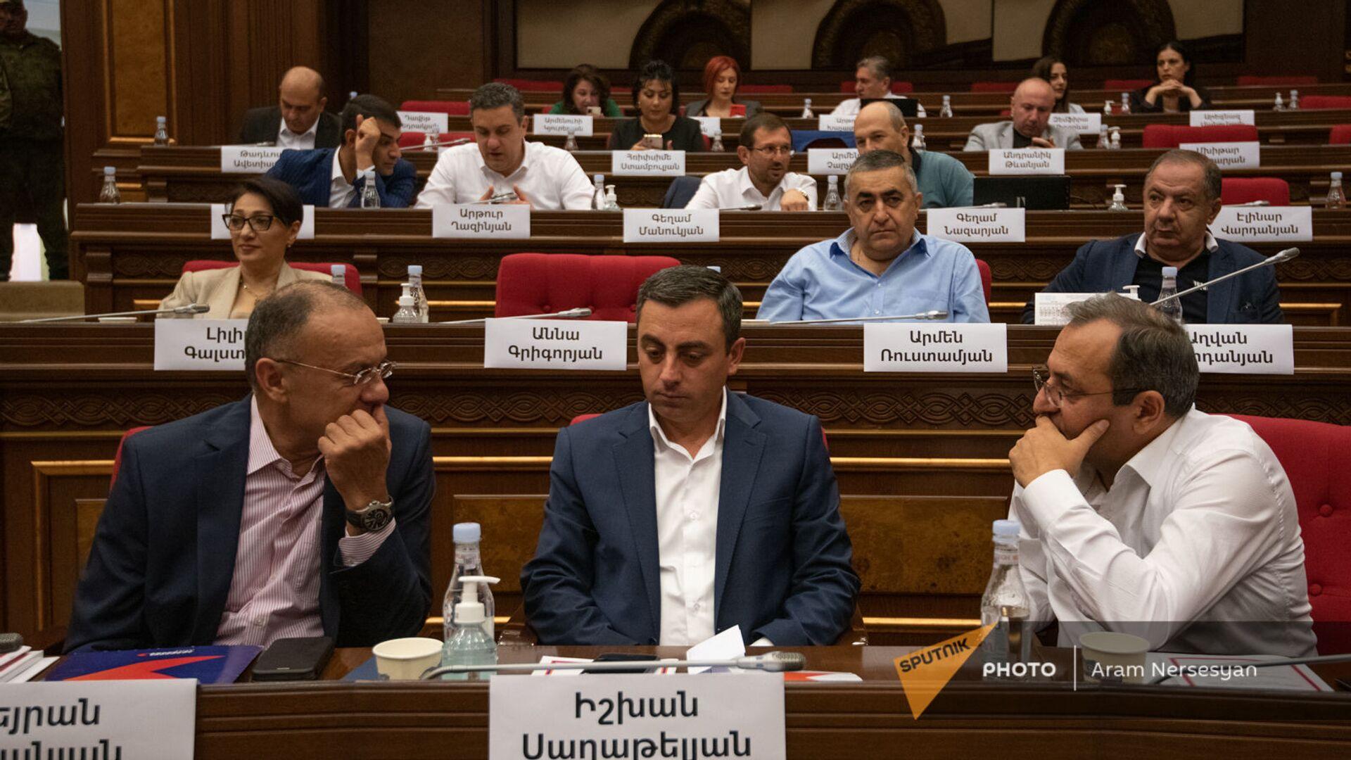 Депутаты оппозиционного блока Айастан на заседании Парламента (4 августа 2021). Еревaн - Sputnik Армения, 1920, 14.10.2021
