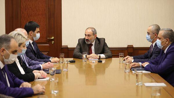 Премьер-министр Никол Пашинян представил аппарату КГД новоназначенного председателя Рустама Бадасяна (4 апреля 2021). Еревaн - Sputnik Армения