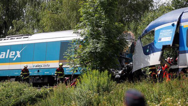 Полицейские и пожарные на месте аварии, где столкнулись два поезда между станциями Домазлице и Близеевн (4 августа 2021). Чехия - Sputnik Армения