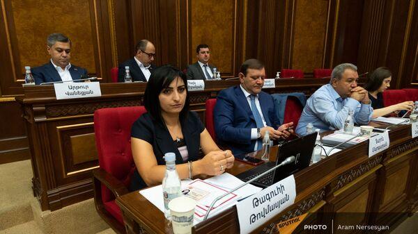 Депутаты блока Честь имею на заседании Парламента (4 августа 2021). Еревaн - Sputnik Արմենիա