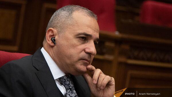Ваге Акопян на заседании Парламента (4 августа 2021). Еревaн - Sputnik Армения