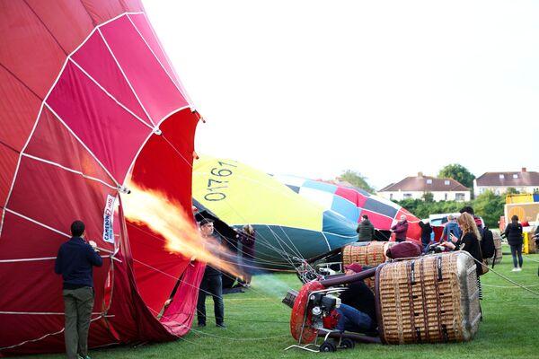 Անձնակազմի անդամները փչում են օդապարիկը - Sputnik Արմենիա