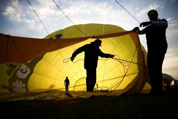 Անձնակազմի անդամներն ուսումնասիրում են մասամբ փչած օդապարիկը - Sputnik Արմենիա
