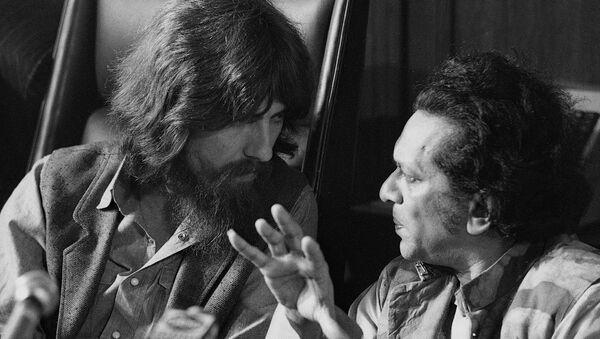 Джордж Харрисон беседует с Рави Шанкаром на пресс-конференции по вопросам благотворительного концерта для беженцев из Бангладеш (27 июля 1971). Нью-Йорк - Sputnik Армения