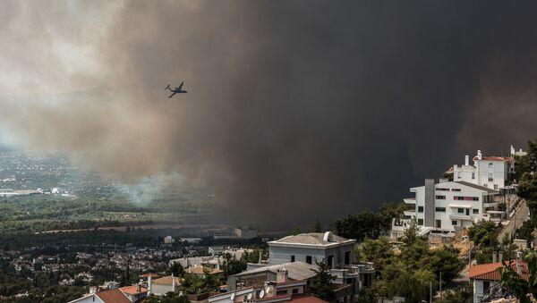 Пожарный самолет пролетает над районом Варимпомпи, где начался новый лесной пожар, в Ахарнесе, к северу от Афин - Sputnik Արմենիա