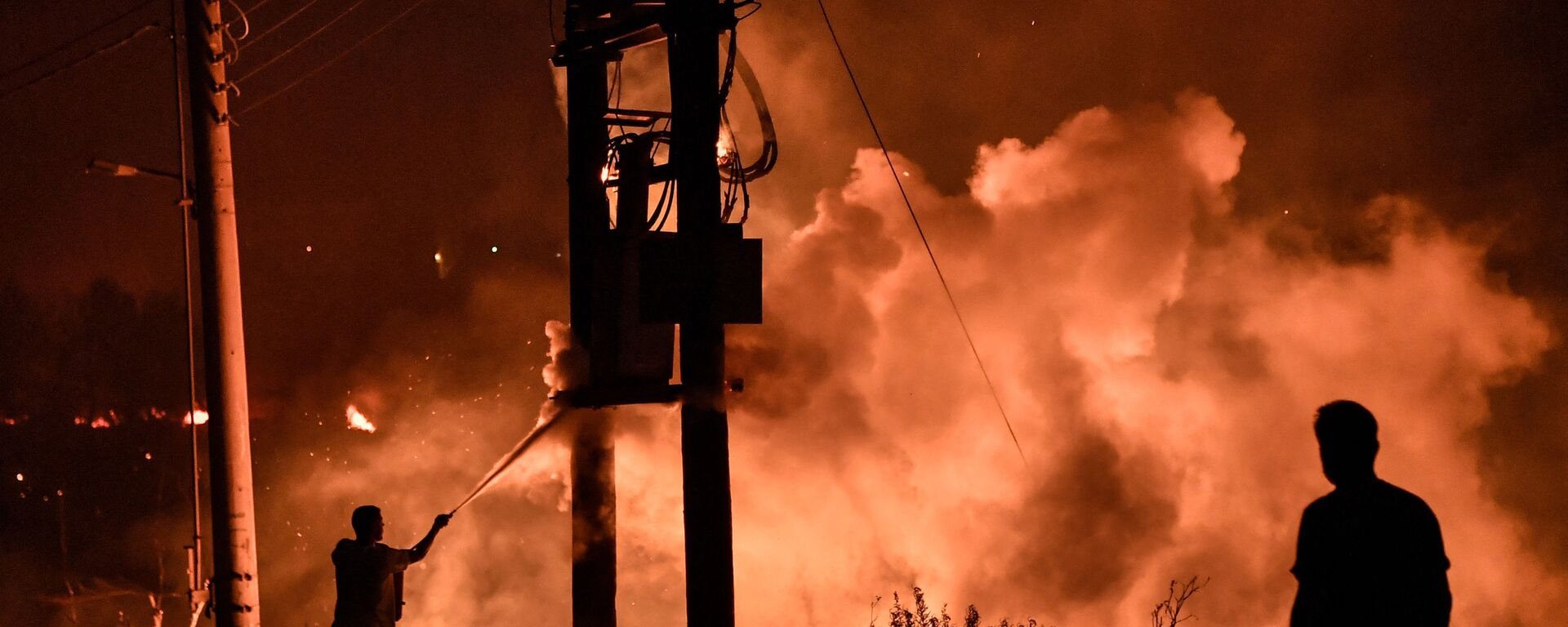 Местные жители в лесу Татои недалеко от Ахарнеса, где вспыхнул лесной пожар, Греция - Sputnik Արմենիա, 1920, 13.08.2021