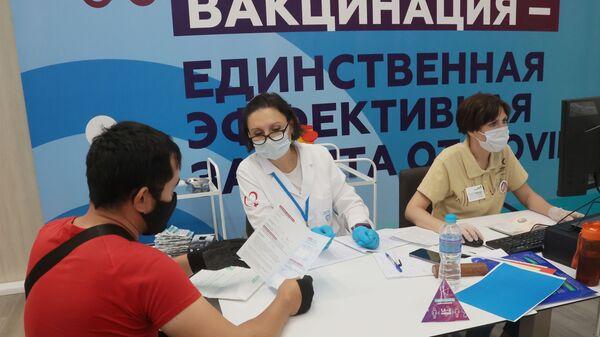 Центр вакцинации от COVID-19 в Лужниках - Sputnik Армения