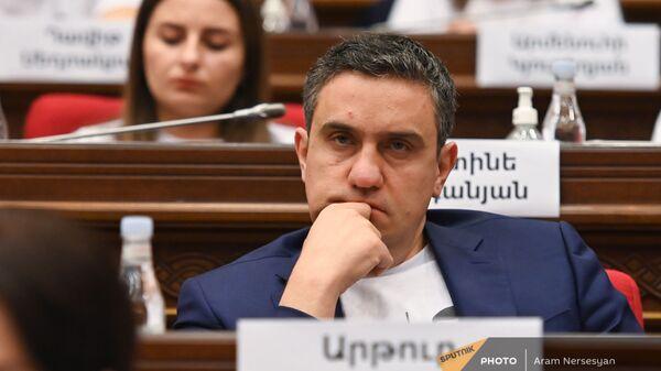 Артур Газинян на первом заседании парламента Армении (2 августа 2021). Еревaн - Sputnik Արմենիա