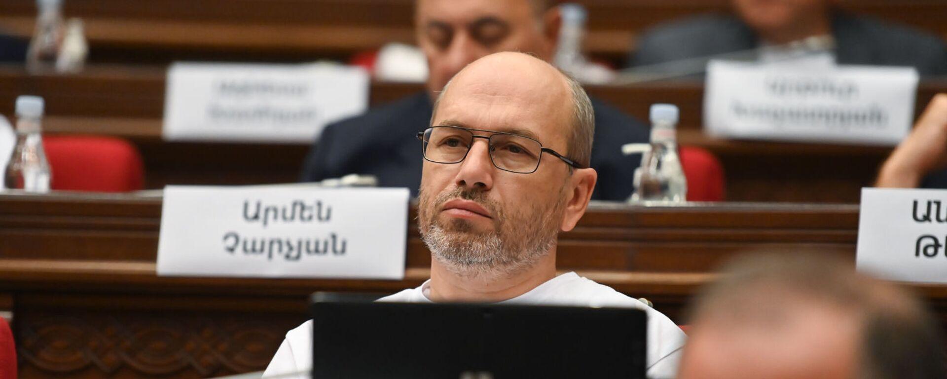 Гегам Назарян на первом заседании парламента Армении (2 августа 2021). Еревaн - Sputnik Արմենիա, 1920, 11.09.2021
