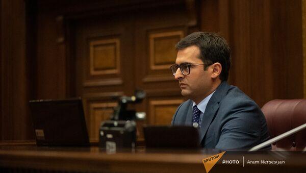 Акоп Аршакян на заседании парламента Армении (4 августа 2021). Еревaн - Sputnik Արմենիա