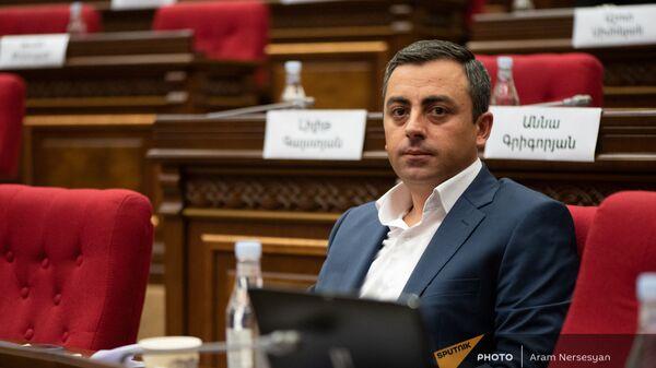 Ишхан Сагателян на заседании парламента Армении (4 августа 2021). Еревaн - Sputnik Արմենիա