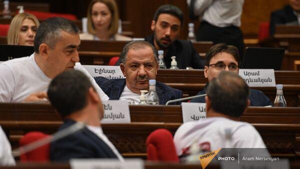 Агван Варданян с коллегами на заседании Парламента (2 августа 2021). Еревaн - Sputnik Արմենիա
