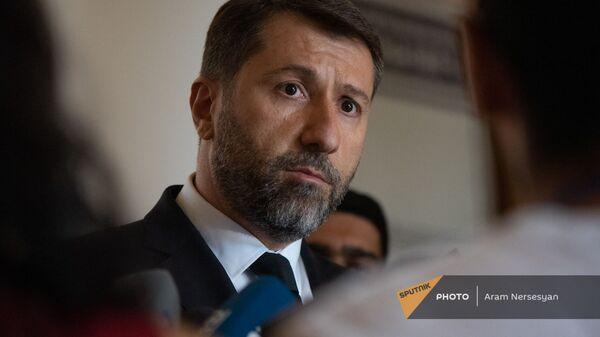 Министр юстиции Карен Андреасян отвечает на вопросы журналистов до/после заседания правительства (6 августа 2021). Еревaн - Sputnik Армения
