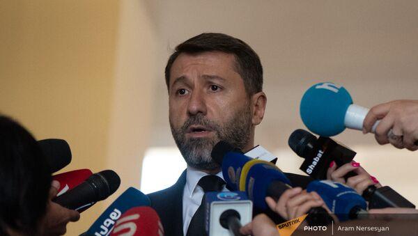 Министр юстиции Карен Андреасян отвечает на вопросы журналистов до/после заседания правительства (6 августа 2021). Еревaн - Sputnik Արմենիա