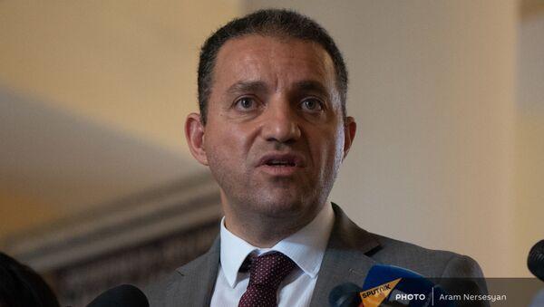 Министр экономики Ваган Керобян отвечает на вопросы журналистов до/после заседания правительства (6 августа 2021). Еревaн - Sputnik Արմենիա