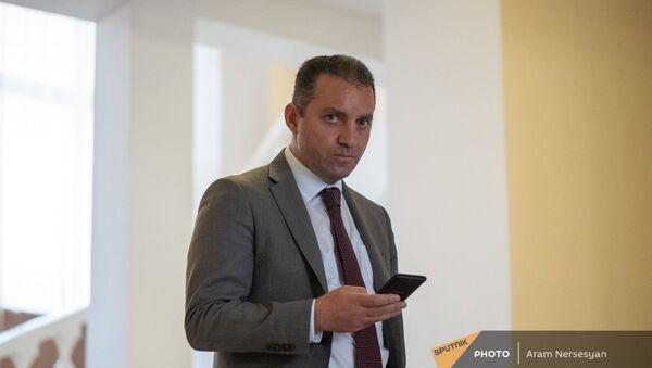 Министр экономики Ваган Керобян до/после заседания правительства (6 августа 2021). Еревaн - Sputnik Армения