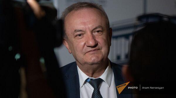 Министр ОНКС Ваграм Думанян до/после заседания правительства (6 августа 2021). Еревaн - Sputnik Արմենիա