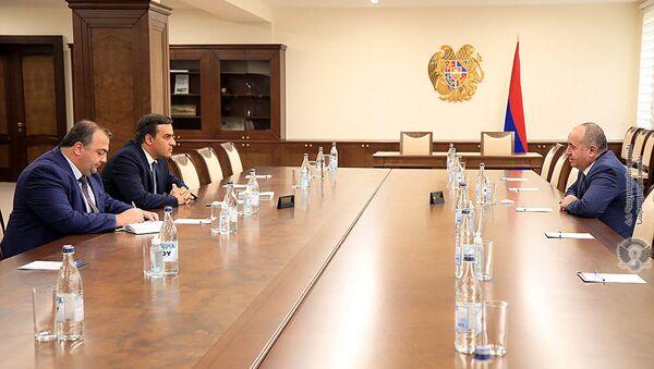 Министр обороны Аршак Карапетян принял защитника прав человека в Армении Армана Татояна (6 августа 2021). Еревaн - Sputnik Армения