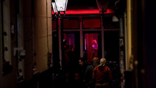 Проститутки в окнах в районе красных фонарей Амстердама - Sputnik Армения