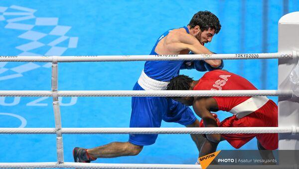 Боксер Ованнес Бачков в бою с американцем Кейшоном Дэвисом во время Олимпийских игр в Токио (6 августа 20201). Япония - Sputnik Армения