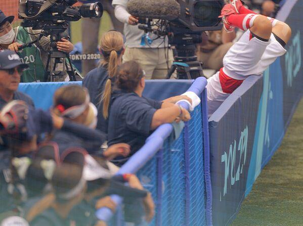 Ճապոնիայի բեյսբոլի թիմի խաղացողն ընկնում է Տոկիոյի Օլիմպիական խաղերի երկրպագուների վրա - Sputnik Արմենիա