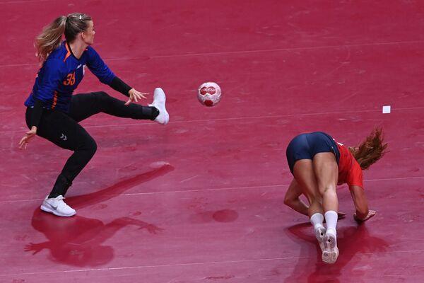 Կամիլա Հերրեմն ընկնում է Տոկիոյի Օլիմպիադայի հանդբոլի խաղի ժամանակ - Sputnik Արմենիա