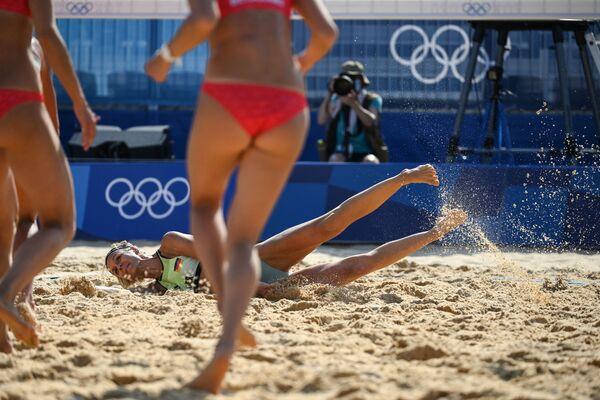 Գերմանացի մարզուհի Լաուրա Լյուդվիգը ավազի վրա է ընկնում Տոկիոյի Օլիմպիական խաղերի ժամանակ - Sputnik Արմենիա