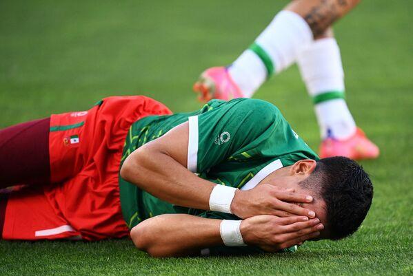 Մեքսիկայի հարձակվող Ուրիել Անտունան՝ ֆուտբոլային խաղի ժամանակ տեղի ունեցած բախումից հետո - Sputnik Արմենիա