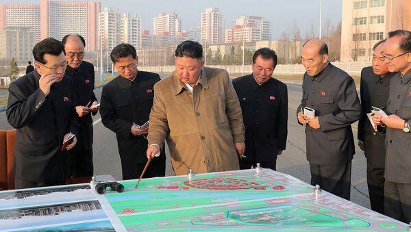 Лидер Северной Кореи Ким Чен Ын осматривает участок, на котором будут возведены дома с террасами на берегу реки - Sputnik Армения