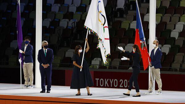 Мэр Парижа Анн Идальго размахивает олимпийским флагом во время церемонии закрытия Олимпийских игр (8 августа 2021). Токио - Sputnik Армения