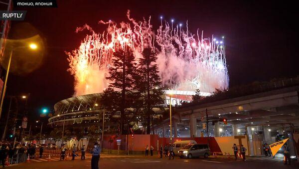 Фейерверк над Олимпийским стадионом в Токио во время церемонии закрытия XXXII летней Олимпиады - Sputnik Արմենիա