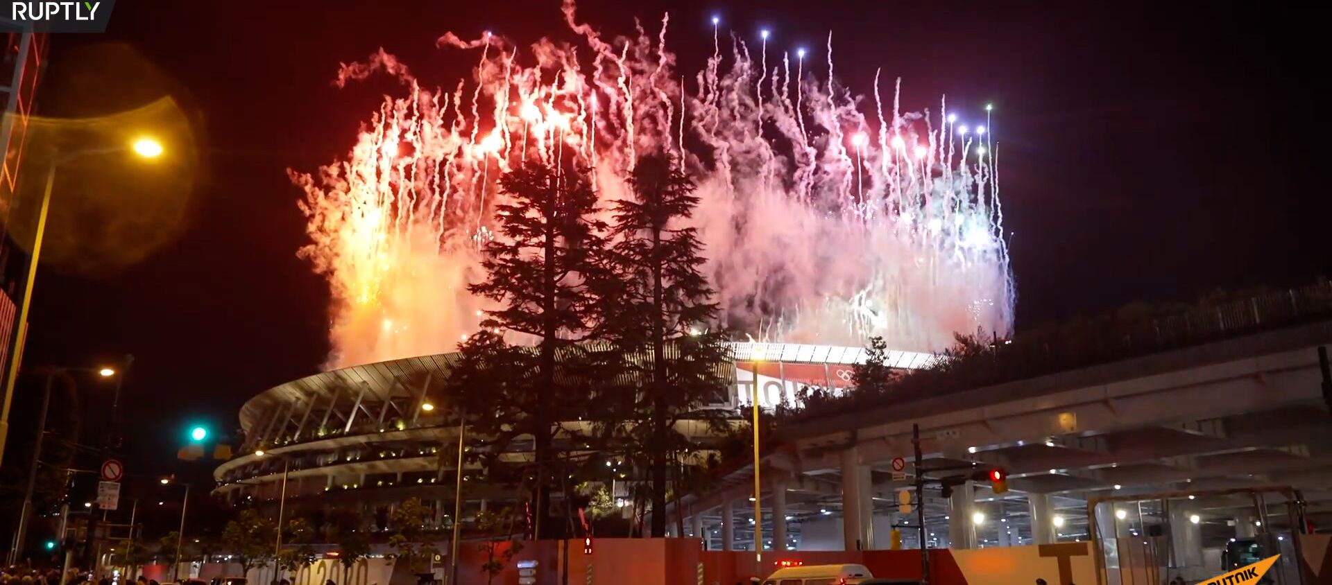 Фейерверк над Олимпийским стадионом в Токио во время церемонии закрытия XXXII летней Олимпиады - Sputnik Արմենիա, 1920, 08.08.2021