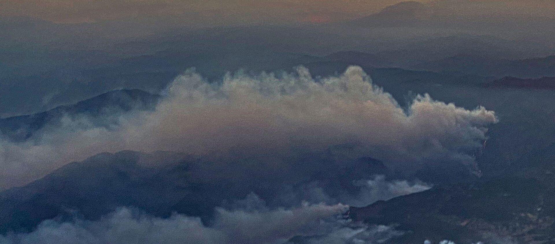 Kлубы дыма от лесных пожаров в районе Даламан на юге Турции - Sputnik Արմենիա, 1920, 08.08.2021