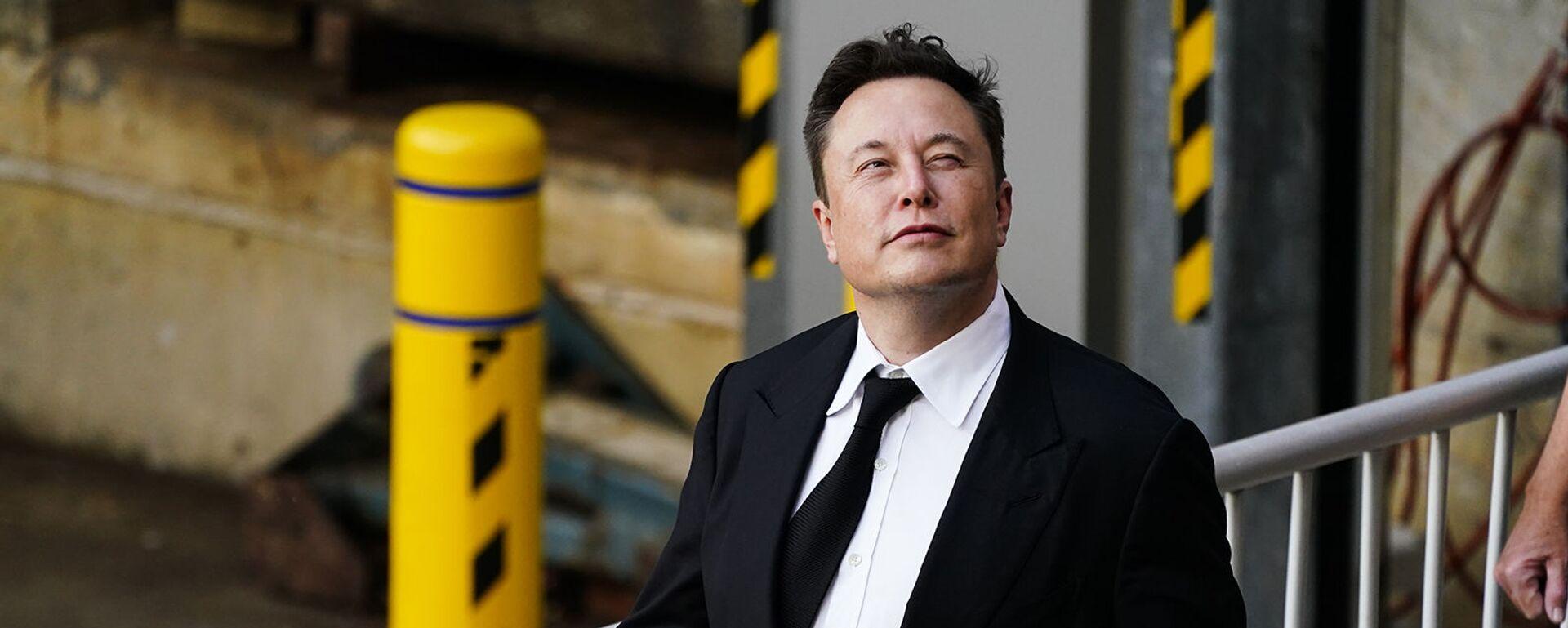 Генеральный директор SpaceX и Tesla Motors Илон Маск выходит из центра правосудия (12 июля 2021). Уилмингтон - Sputnik Армения, 1920, 13.09.2021