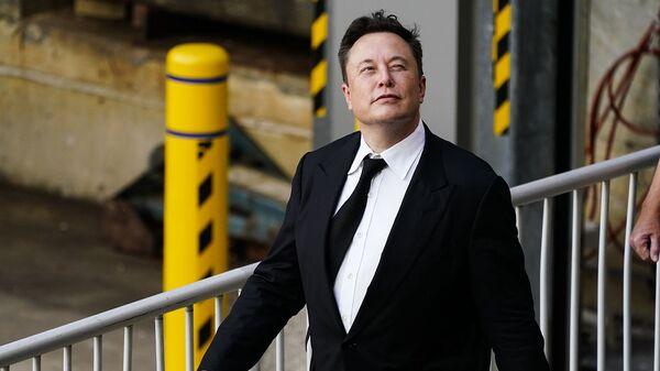 Генеральный директор SpaceX и Tesla Motors Илон Маск выходит из центра правосудия (12 июля 2021). Уилмингтон - Sputnik Армения