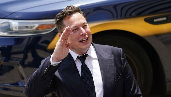 Генеральный директор SpaceX и Tesla Motors Илон Маск приветствует поклонников при выходе из центра правосудия (12 июля 2021). Уилмингтон - Sputnik Армения
