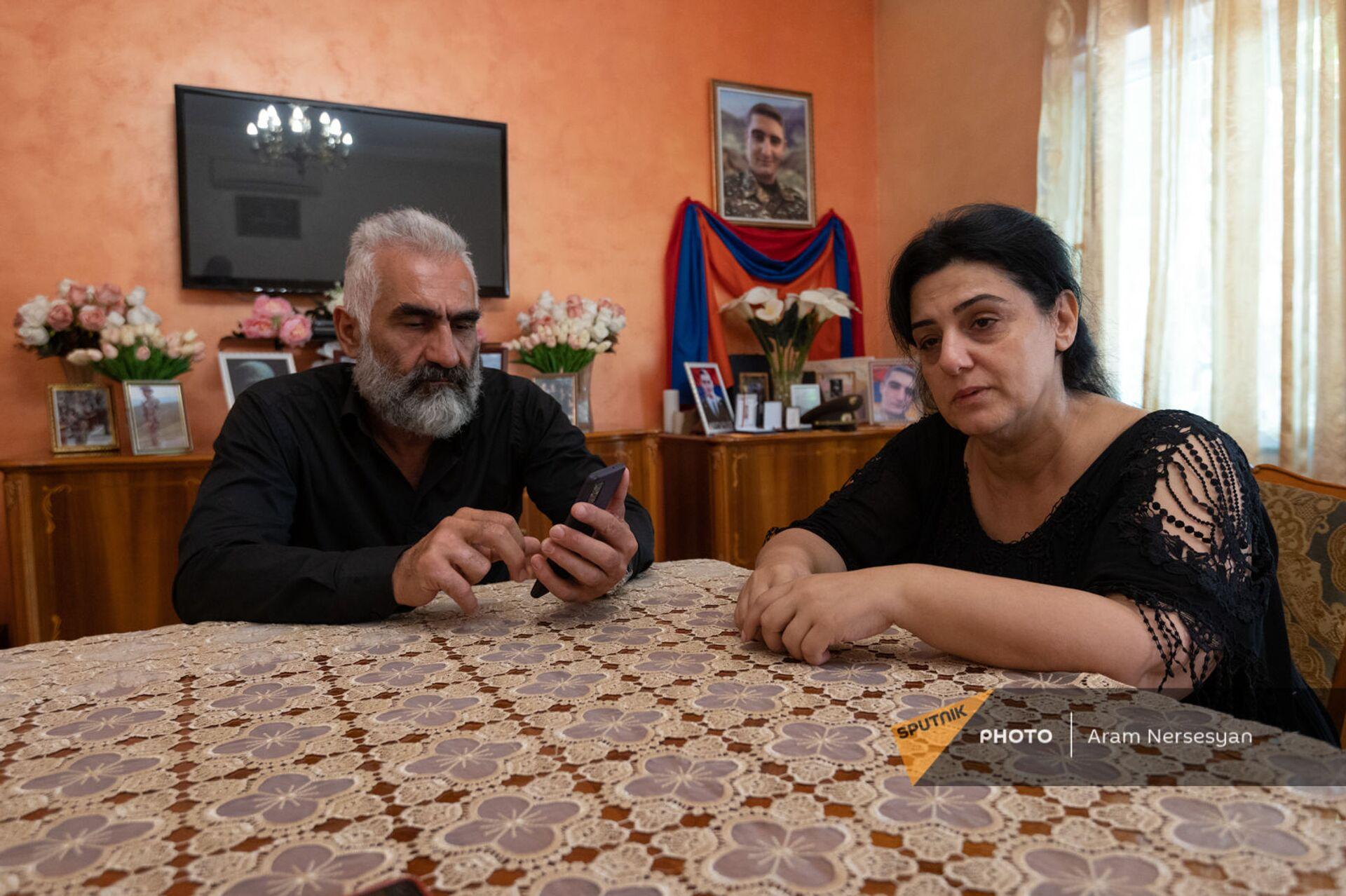 Тигран Марухян и Мариам Ширинян, отец и мать погибшего Абрахама Марухяна  - Sputnik Արմենիա, 1920, 14.09.2021