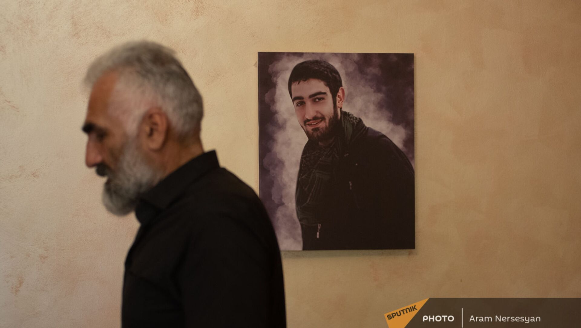 Тигран Марухян на фоне портрета погибшего сына - Sputnik Արմենիա, 1920, 10.08.2021