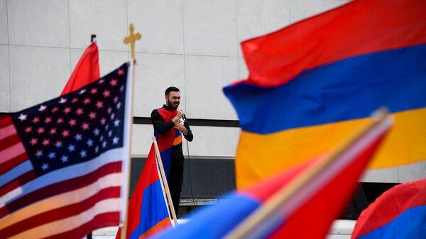Певец Андре выступает у здания консульства Турции в США в годовщину Геноцида армян (24 апреля 2021). Беверли-Хиллз - Sputnik Արմենիա