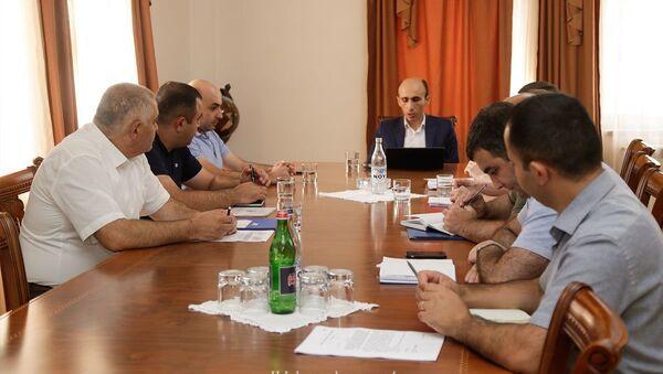 Госминистр Карабаха Артак Бегларян провел совещание по формированию государственного жилищного фонда (10 августа 2021). Степанакeрт - Sputnik Արմենիա