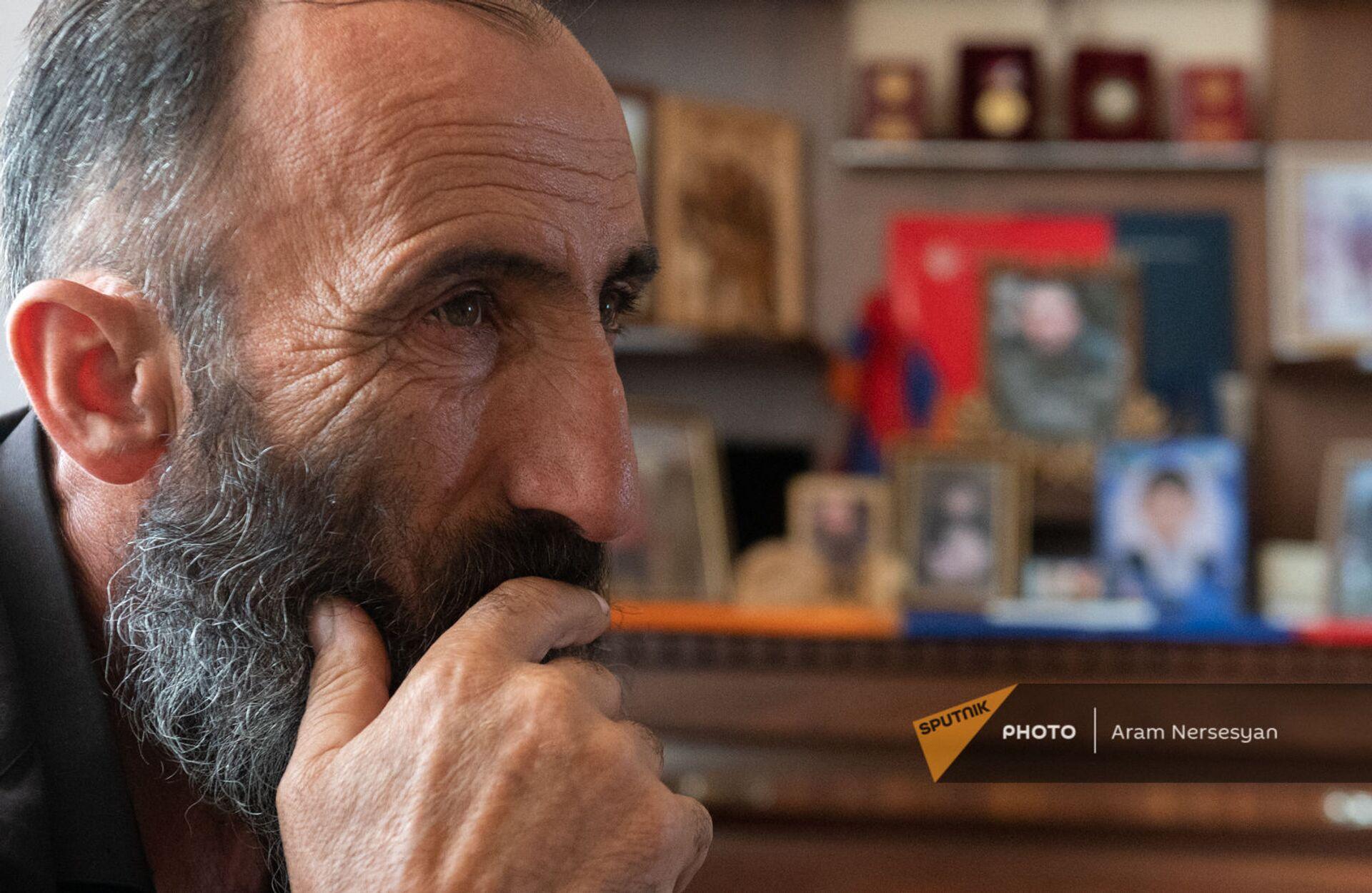Отец погибшего военнослужащего Анании Арамяна Самвел у уголка памяти сыну - Sputnik Армения, 1920, 14.09.2021