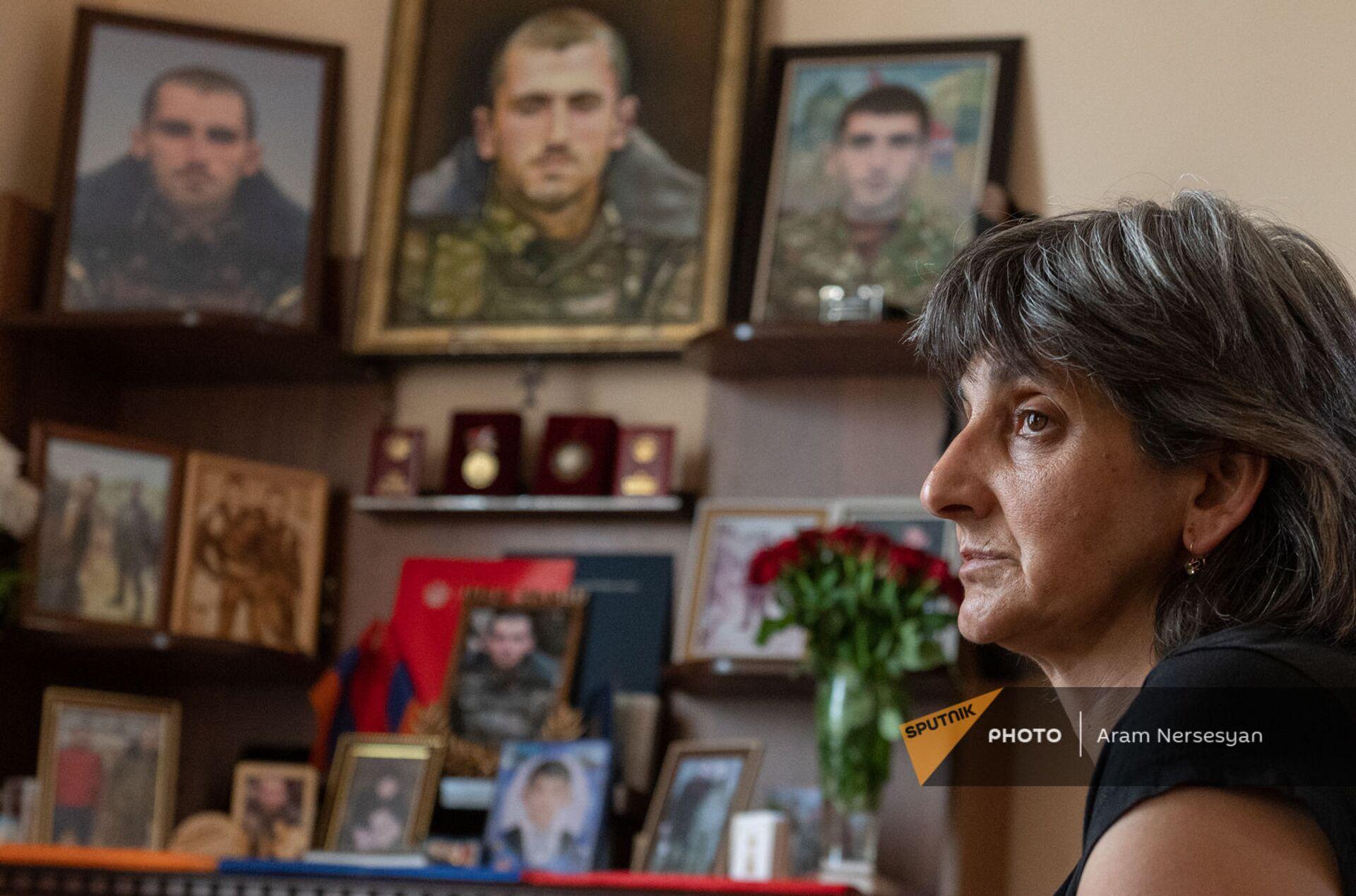 Мать погибшего военнослужащего Анании Арамяна Айкуш у уголка памяти сыну - Sputnik Армения, 1920, 14.09.2021