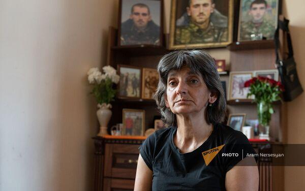 Мать погибшего военнослужащего Анании Арамяна Айкуш у уголка памяти сыну - Sputnik Армения